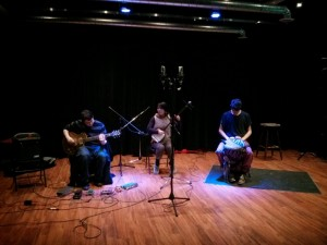 Brian Abbott (electric guitar, electronic effects, junk percussion) / Aki Takahashi (Japanese three stringed instrument and voice) / Gamliel Kalfa (percussion)